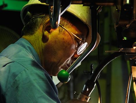 大型精密機器加工、チタンなどの難切削加工を得意とする土田制作所の熟練技術者画像
