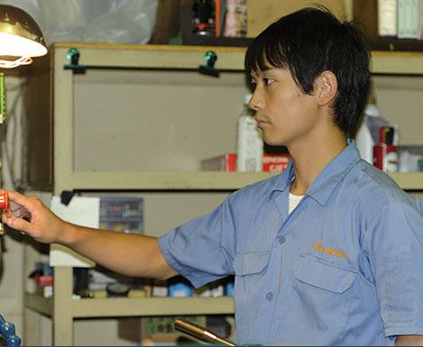 大型精密機器加工、チタンなどの難切削加工を得意とする土田制作所の若手技術者作業風景
