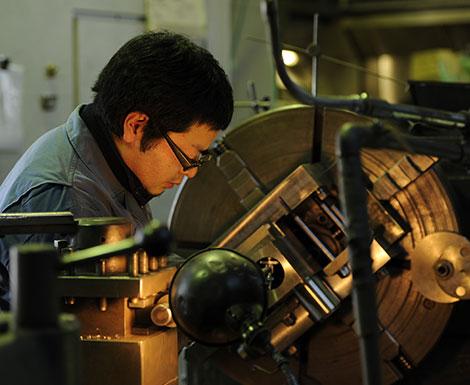 大型精密機器加工、チタンなどの難切削加工を得意とする土田制作所の熟練技術者作業風景