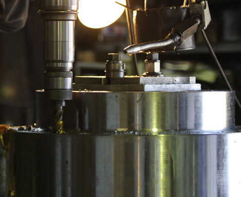 大型精密機器加工、チタンなどの難切削加工風景